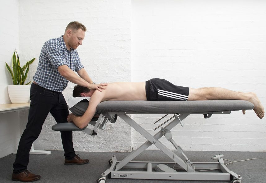 Sports physiotherapy treatment of shoulders